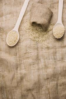 Colheres e saco com arroz