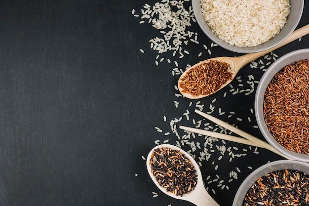 Colheres e taças com arroz sortido