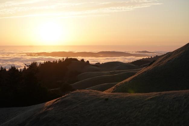 Colinas altas com floresta e um horizonte visível ao pôr do sol no monte. tam em marin, ca