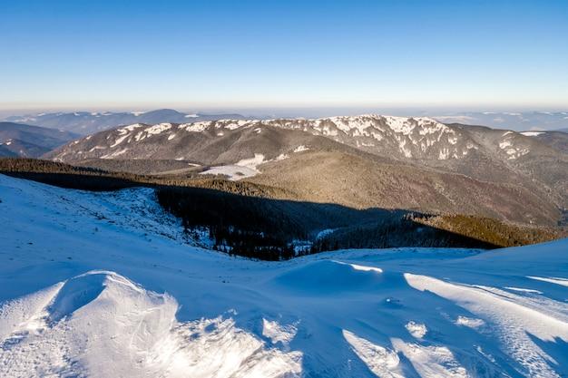 Colinas cobertas de neve nas montanhas de inverno