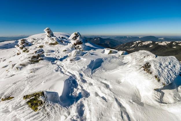 Colinas cobertas de neve nas montanhas de inverno.
