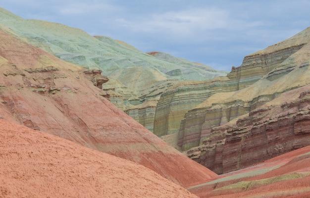 Colinas coloridas montanhas de genghis khan cazaquistão