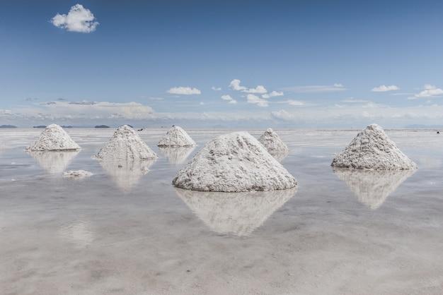 Colinas de neve no lago congelado com o céu