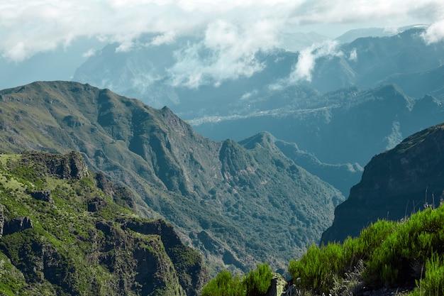 Colinas e montanhas rochosas da madeira portugal