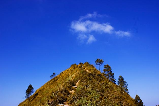 Colinas superiores e céu azul