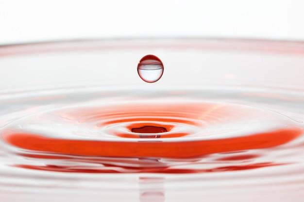 Colisão de gota de água com efeito abstrato. macro.