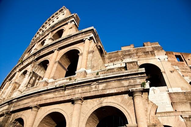 Coliseu em roma com céu azul, marco da cidade