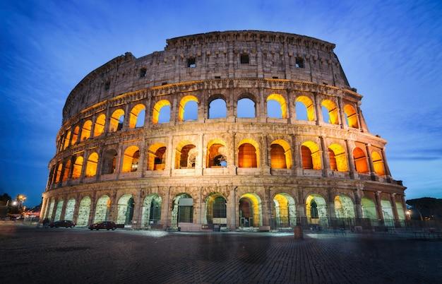 Coliseu, em roma, itália à noite