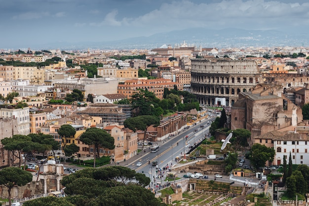 Coliseu na itália. tiro de vista de pássaro.