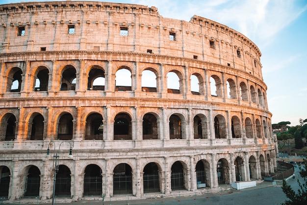 Coliseu ou coliseu azul céu em roma