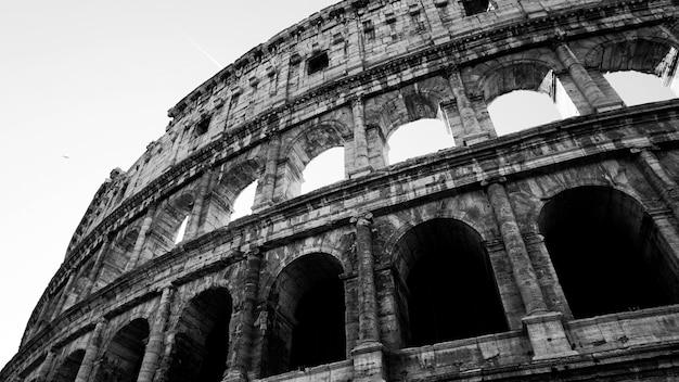Coliseu preto e branco em roma