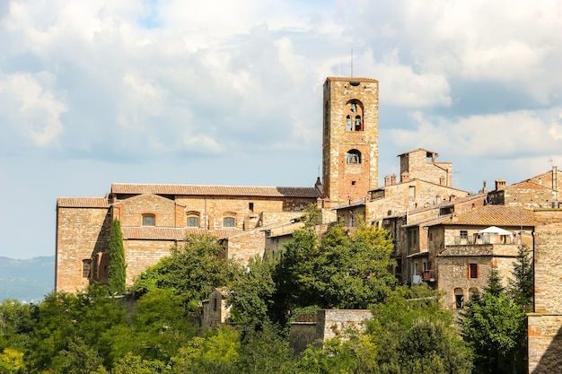 Colle di val delsa itália bela arquitetura da pequena cidade de colle di val delsa na província de siena toscana, itália central