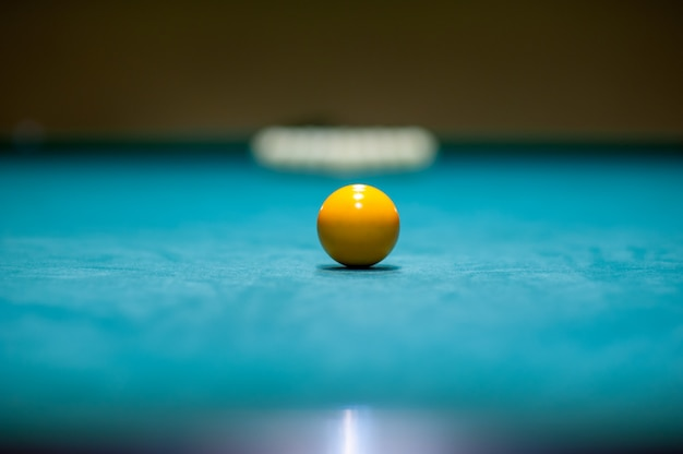 Colocação de bolas em uma mesa de bilhar, preparação para uma greve. clube de bilhar