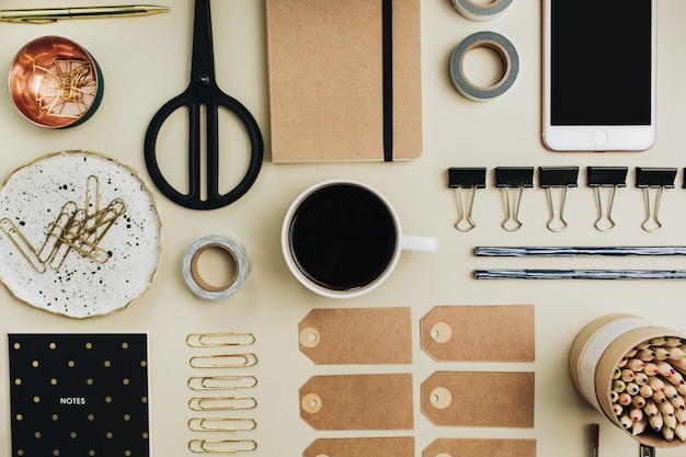 Colocação plana, colagem criativa de mesa de escritório com vista superior