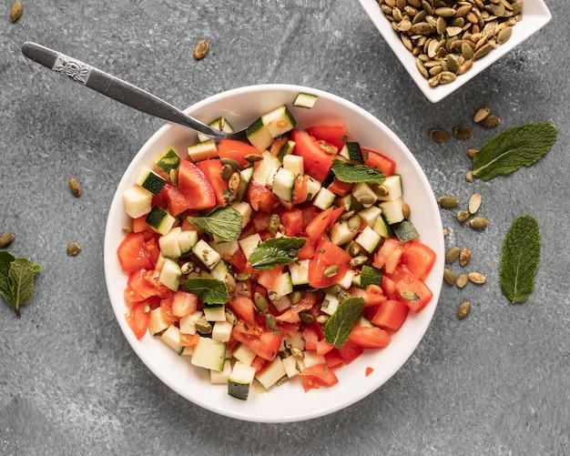 Colocação plana de ingredientes alimentares com salada