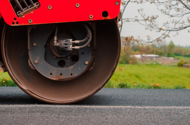 Colocando asfalto na cidade. conceito de reparação rodoviária