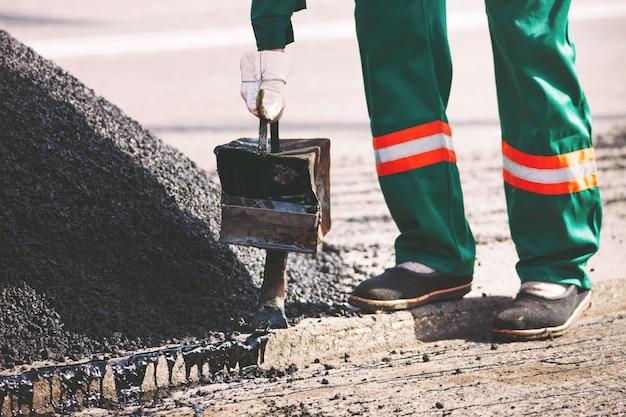 Colocando asfalto na cidade.