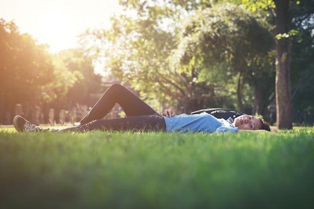 Colocando sensorial mulher estilo de vida exterior