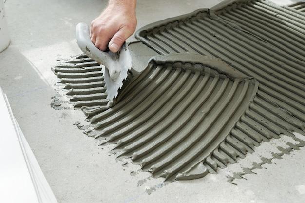 Colocando telhas cerâmicas.