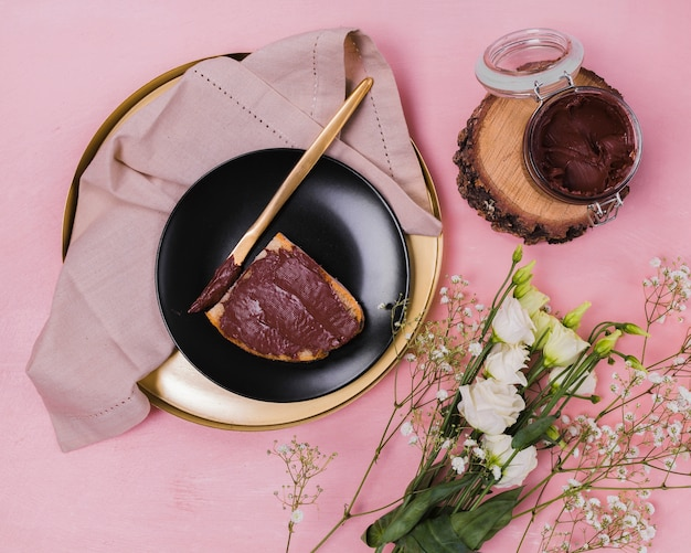 Colocar chocolate doce no pão liso