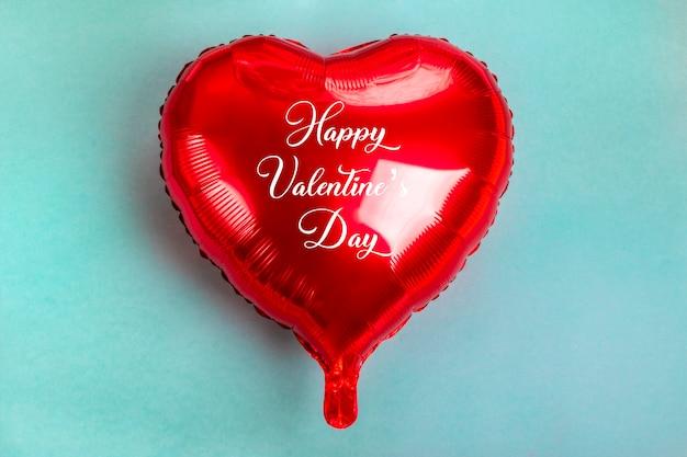 Colocar coração inflável na cor vermelha no plano azul
