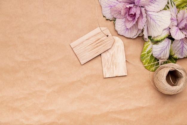 Colocar flores planas em papel de embrulho