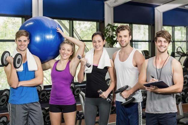 Colocar pessoas com equipamentos esportivos no ginásio