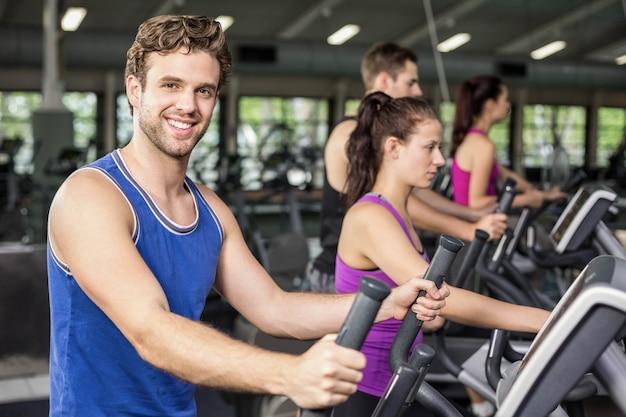 Colocar pessoas em bicicleta elíptica no ginásio