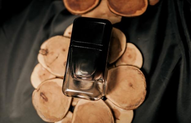 Colônia masculina brutal em um frasco preto. perfume caro Foto Premium