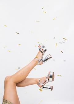 Coloque as pernas em saltos altos