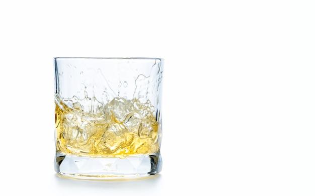 Coloque cubos de gelo em um copo de uísque ou vidro antiquado isolado no fundo branco, conceito de bebida