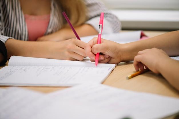 Coloque estudantes a tomar notas