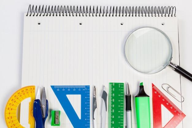 Coloque o plano de fundo para o texto no escritório da agenda. negócio de suprimentos.