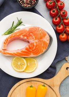 Coloque salmão e limão no prato