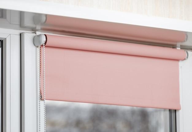 Colora cortinas de escurecimento na janela plástica branca. persianas na janela de plástico.
