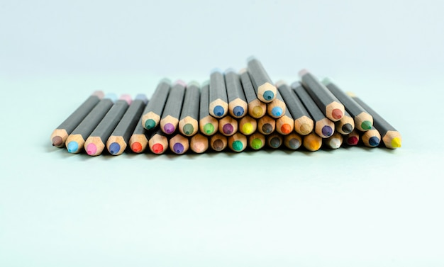 Colora lápis em um close-up azul do fundo.