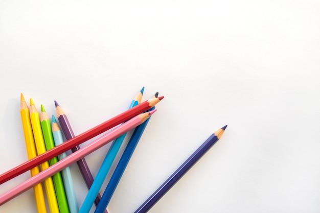 Colora lápis no fundo do livro branco, espaço da cópia. material de escritório, de volta à escola.