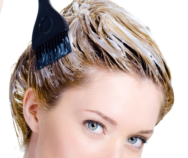 Coloração da cabeça da mulher com pincel