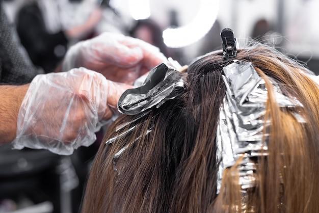 Coloração de cabelo no salão de cabeleireiro