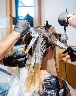 Coloração de cabelo profissional para mulheres no salão, estilo brilhante e moderno.