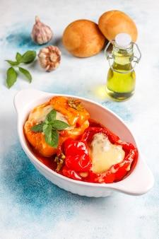 Colorido assado com queijo, pimentão recheado com carne picada.