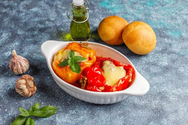 Colorido assado com queijo, pimentão recheado com carne picada. Foto gratuita