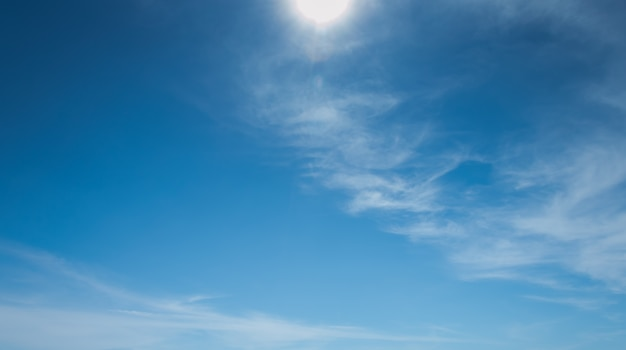 Colorido brilhante fresco vívido do projeto do teste padrão da superfície das texturas das nuvens brancas no céu azul.