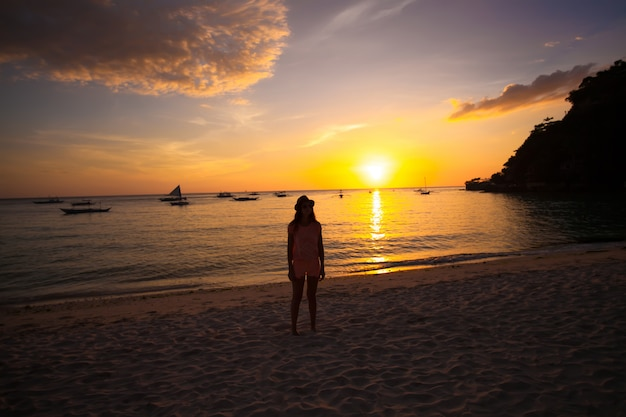 Colorido brilhante pôr do sol na ilha boracay, filipinas