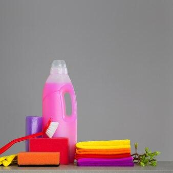 Colorido conjunto de ferramentas para limpeza da casa e galhos