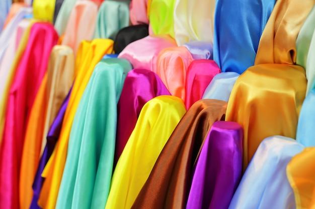 Colorido da tela do cetim rola na loja para a venda em tailândia.