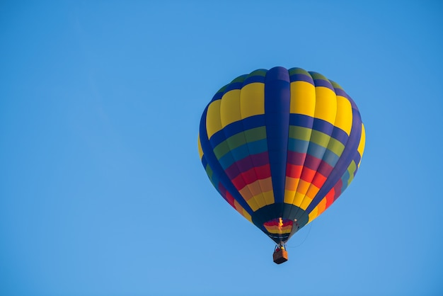 Colorido de balão no céu azul com espaço de cópia