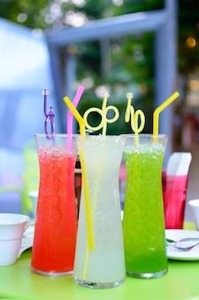 Colorido de bebida em copos