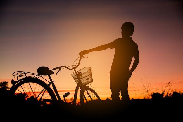 Colorido de ciclista e silhuetas de bicicleta