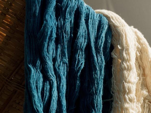 Colorido de fio de seda multicolorido cru no fundo da luz solar